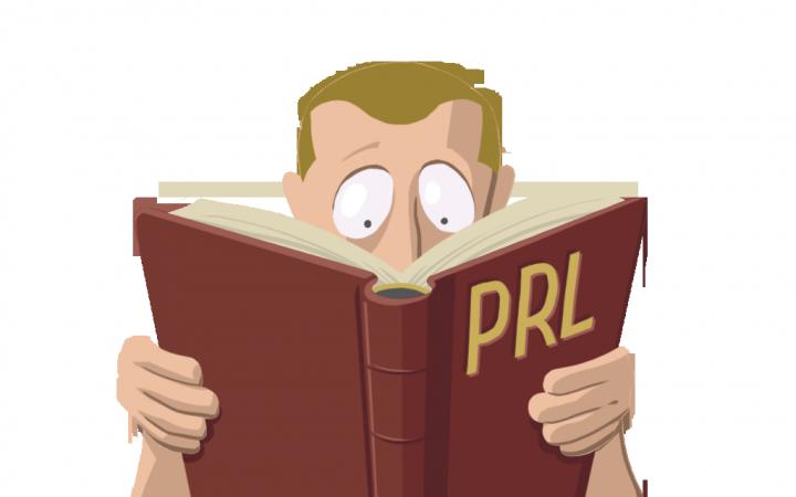 Trabajadore leyendo un manual sobre prevención