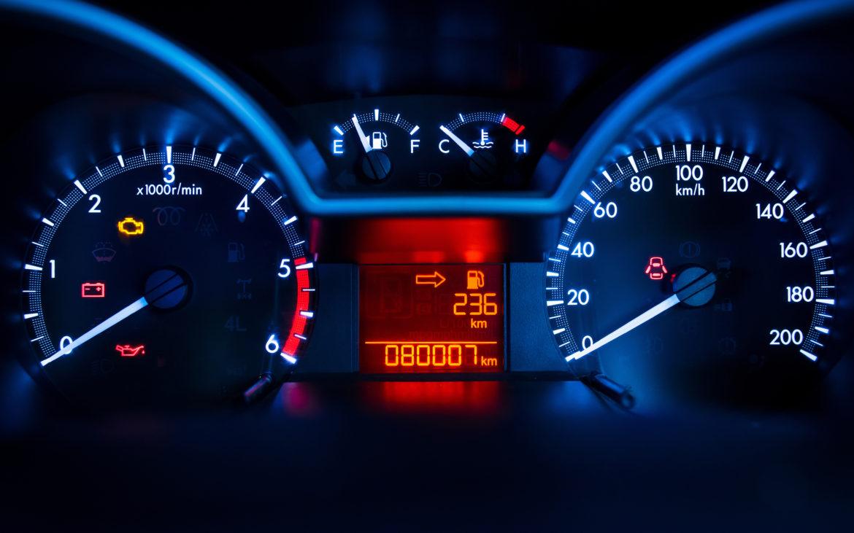 Piensa en la importancia de los avisos en el cuadro del salpicadero de un coche. Los indicadores de seguridad tienen distintos niveles y algunos se considerarán indicadores clave de desempeño (KPI).