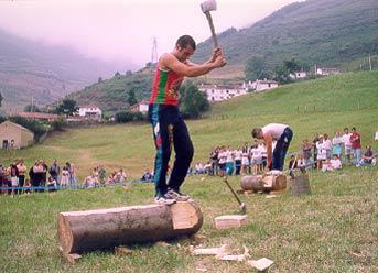 Corta de troncos con hacha