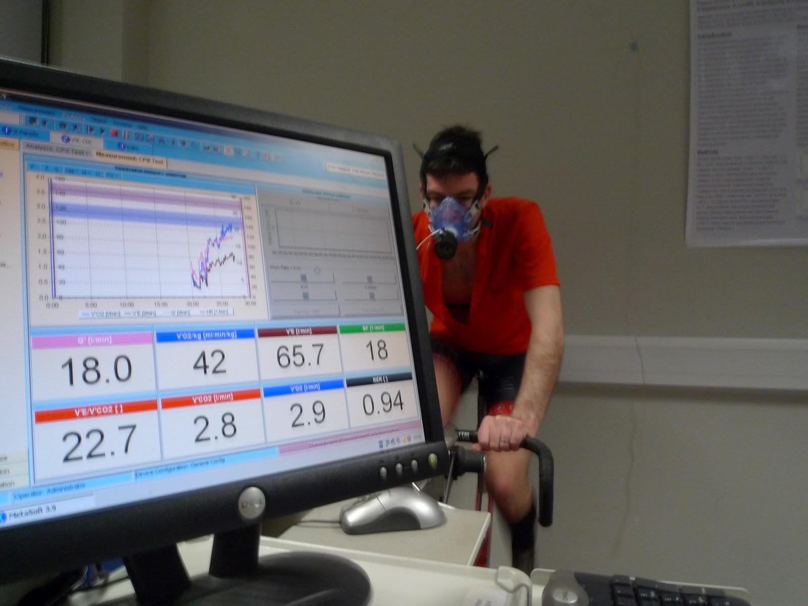 Deportista realizando una prueba de esfuerzo con medida de gases