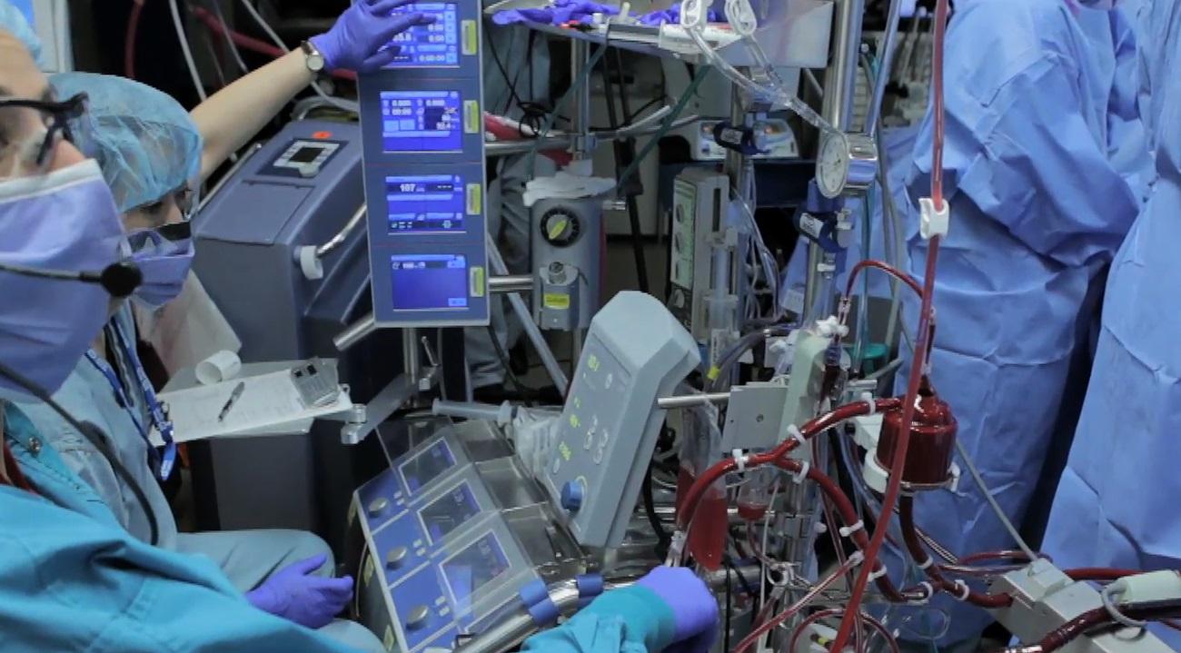 Perfusionista atendiendo su tarea en quirófano