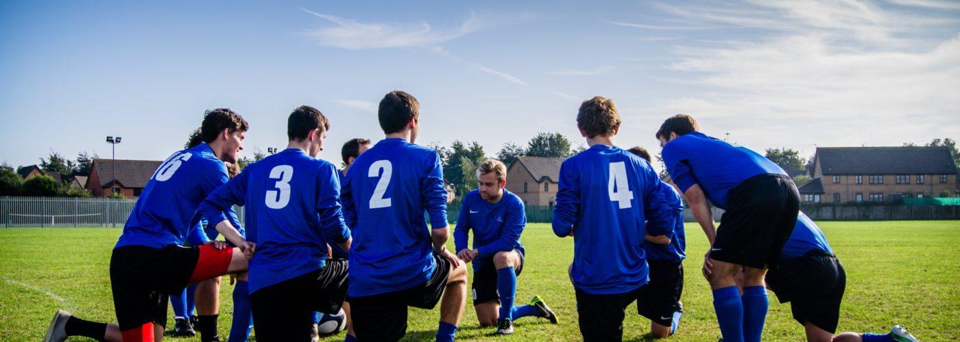 Reunión de equipo entre deportistas antes de iniciar el partido