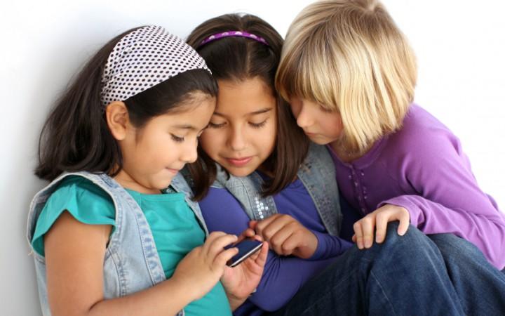 Los niños pasan 2,5 horas diarias frente a una pantalla
