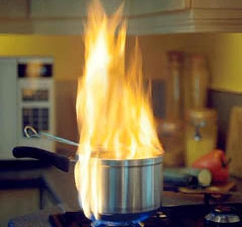 Cazo ardiendo en una cocina de gas