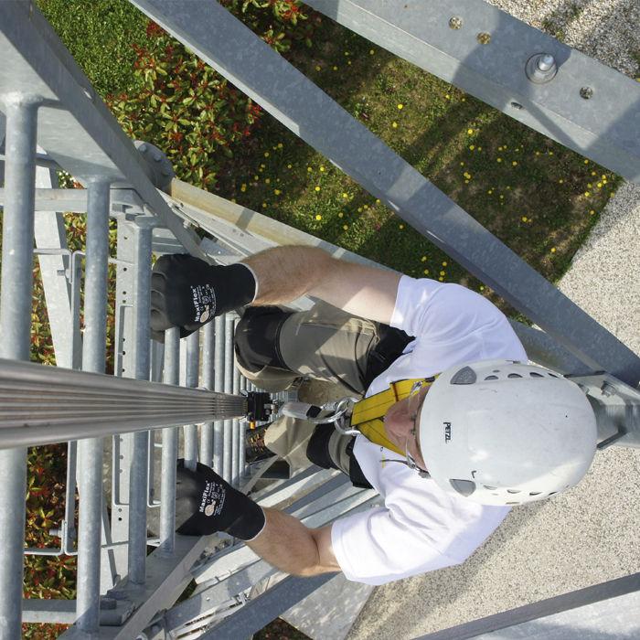 Sistemas de seguridad contra ca das en altura en escaleras fijas verticales prevenblog - Escalera de gato con proteccion ...