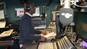locutor radio de pie
